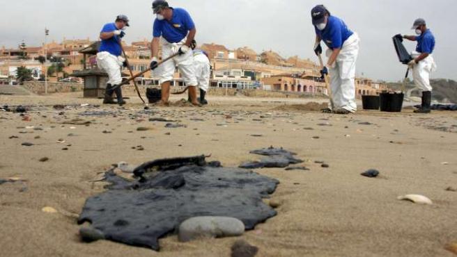 """Equipos de limpieza trabajan para limpiar el vertido del """"Fedra"""" en el Campo de Gibraltar."""