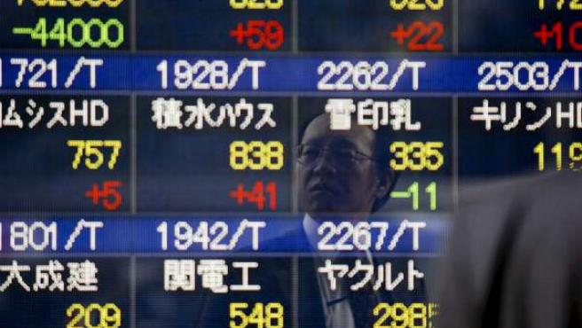 Un inversor sigue el desarrollo de las cotizaciones en la Bolsa de Tokio.