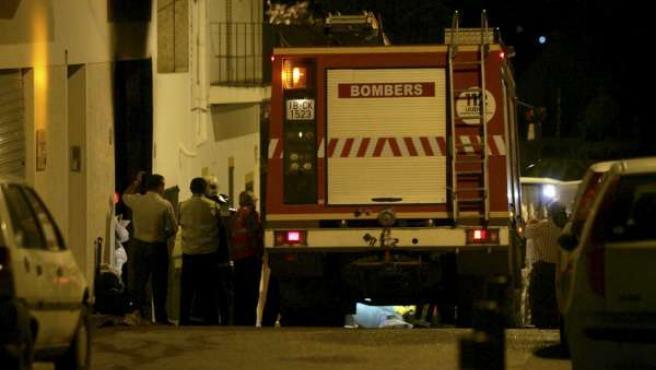 Los bomberos frente al edificio donde se produjo la explosión.
