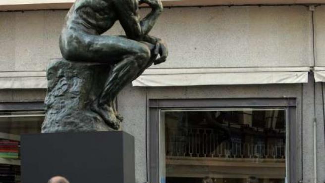 La escultura de El Pensador está elevada sobre un pedestal.