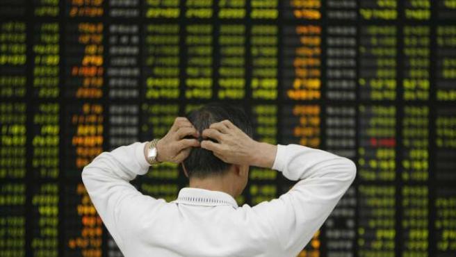 Un inversor se lamenta por las pérdidas que se están produciendo este jueves. (Lee Jae-Won / Reuters).
