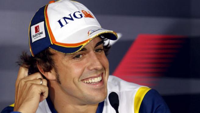 Fernando Alonso sonrie en una rueda de prensa. Archivo.