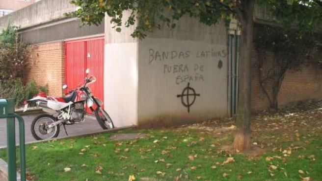 Pintadas racistas aparecidas ayer en Gijón.