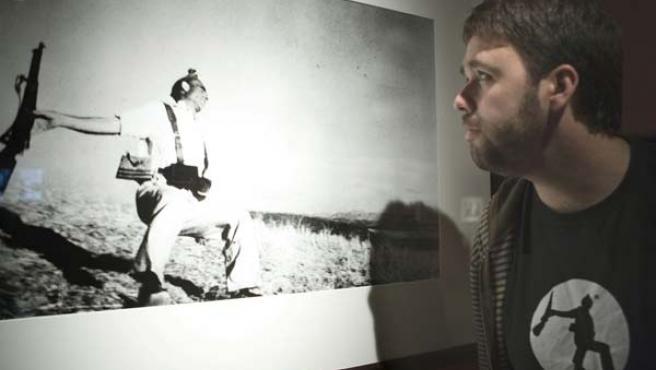 La foto de la muerte de un republicano se expone en Vitoria (EFE)