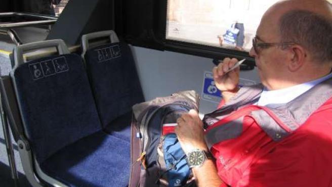 Los asientos de Bilbobus, con tapizado azul, para viajeros con movilidad reducida.