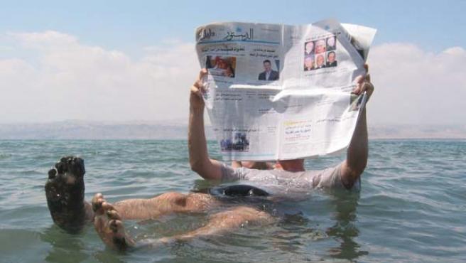 Un hombre flota sobre el Mar Muerto mientras lee (Fuente: WIKIPEDIA).