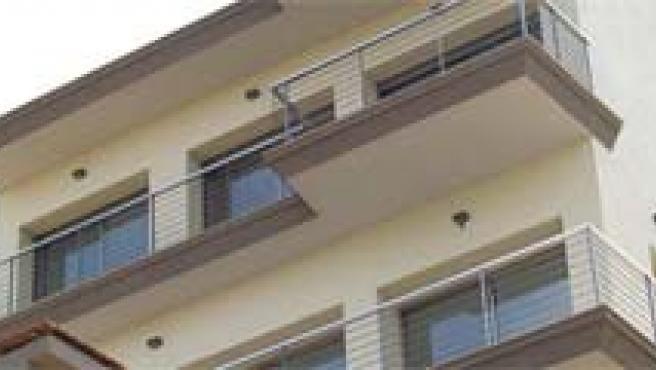 Las viviendas que sobran podrían ser adquiridas por el colectivo de inmigrantes que llegaron a España hace una década. (ARCHIVO)