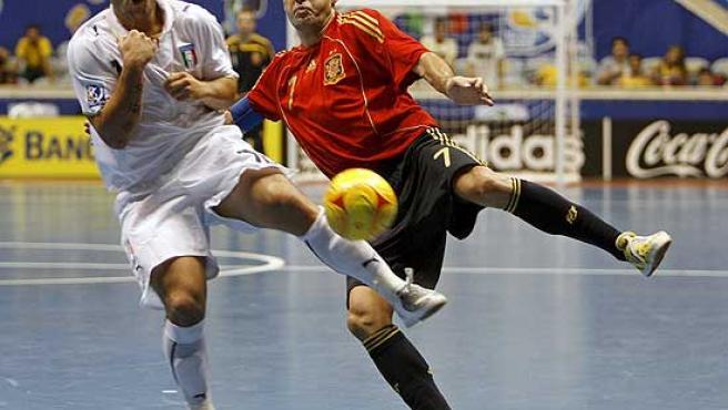 Javi Rodríguez intenta disparar ante la presión del italiano Foglia.