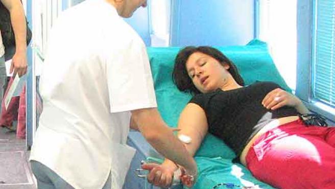 Una enfermera extrae sangre a una donante.