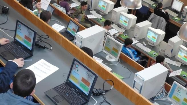 Varios usuarios navegando por Internet.
