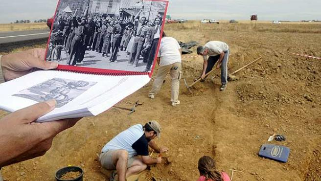 Miembros de la Asociación para la Recuperación de la Memoria Histórica trabajan en la búsqueda de dos fosas comunes.