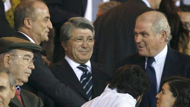 Los presidentes del Real Madrid, Ramón Calderón (d) y del Atlético de Madrid, Enrique Cerezo (c) (Efe).