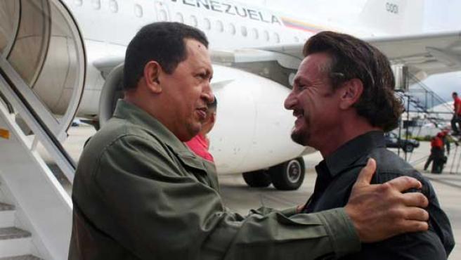 El presidente Hugo Chávez salluda al actor Sean Penn. FOTO: REUTERS.
