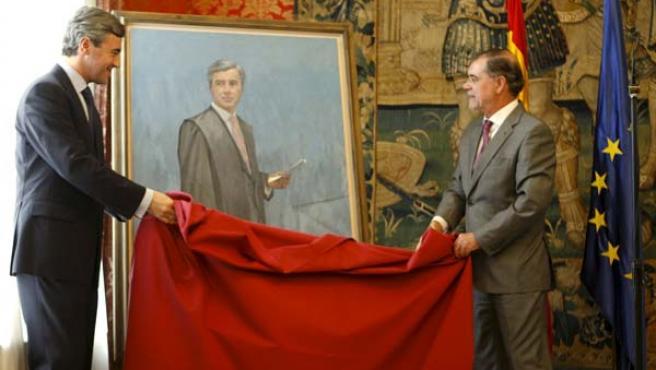 Ángel Acebes (i) y Mariano Fernández Bermejo (d), descubren el retrato en recuerdo del primero como Ministro de Justicia. (EFE)
