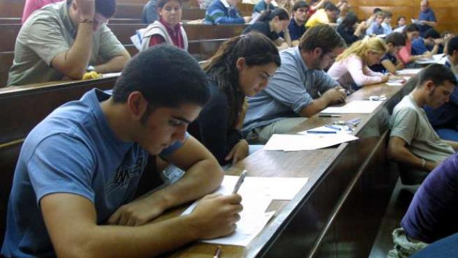 Un grupo de estudiantes, durante una clase. (ARCHIVO)