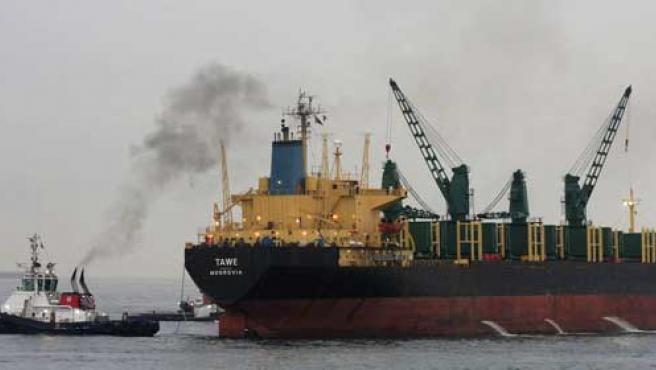 El barco 'Tawe' es arrastrado por un remolcador. (EFE)