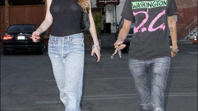 Lindsay Lohan y su novia pasean cabizbajas (KORPA).