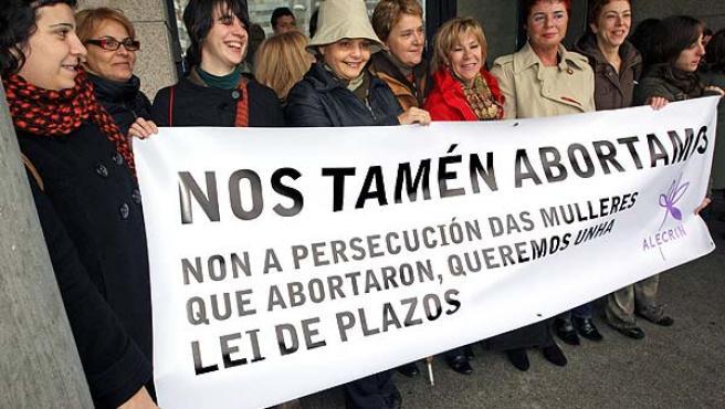 Varias de las feministas protestan con una pancarta en la mano. (Marta G.Brea / EFE)