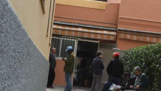 Varios ciudadanos, esperan para comer en un comedor de la beneficencia en Madrid. (J. PARÍS)
