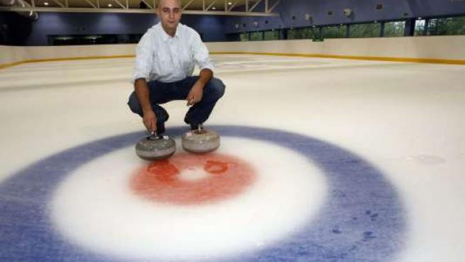 Francisco Galindo junto a la diana y las piedras de mármol en la pista de hielo.