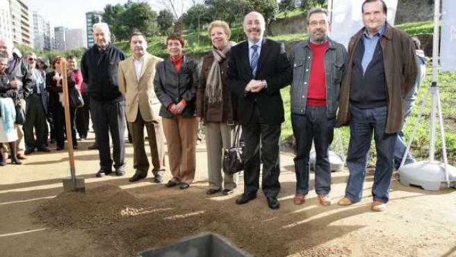 El alcalde, Javier Losada, en el acto de colocación de la primera piedra del parque de Oza, acompañado de representantes vecinales.
