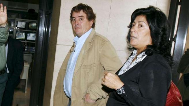 Luis G. Montero junto a su esposa, Almudena Grandes, en los juzgados de Granada.