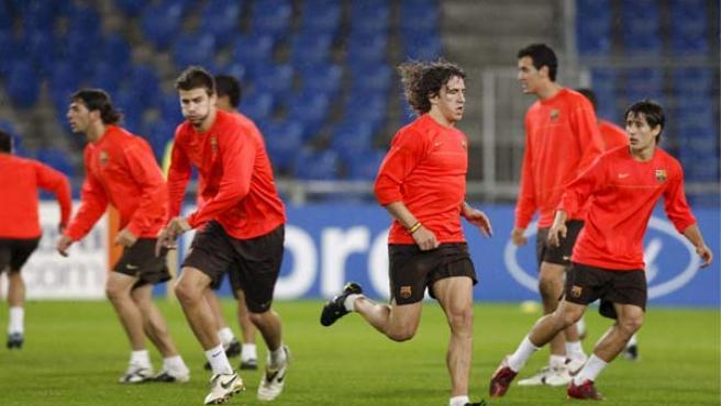 Piqué y Puyol entrenan junto a sus compañeros. (EFE)