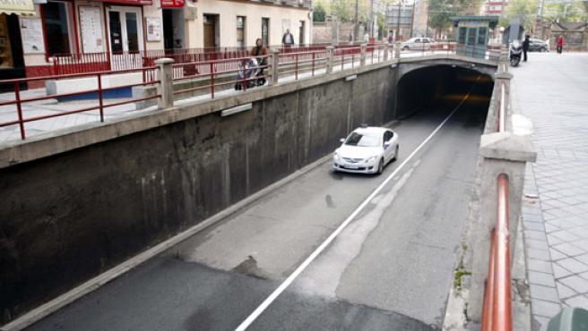 El asfalto nuevo se acaba antes de entrar en el túnel.
