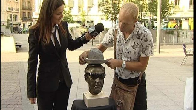 Estíbaliz Gabilondo ante una escultura de Franco.