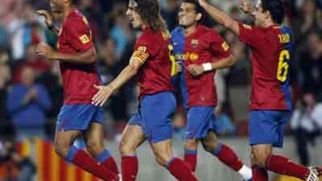 Los jugadores del Barcelona Puyol, Henry, Alves y Xavi se dirigen a celebrar uno de los goles.