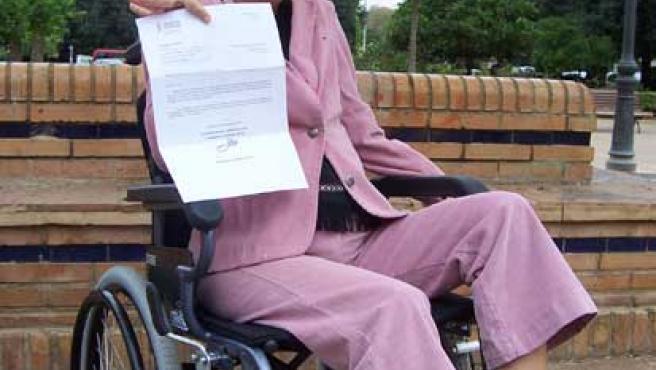Rosa muestra la resolución de la Conselleria de Bienestar Social en la que se deniega su solicitud (20 MINUTOS)