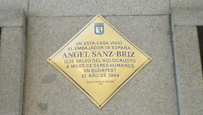 Placa que recuerda al diplomático español en la madrileña calle de Velázquez donde vivió (WIKIPEDIA ).