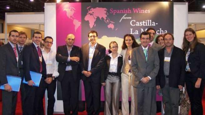 Imagen de los participantes de Castilla-La Mancha en la Feria Miami Wine Fair 2008.