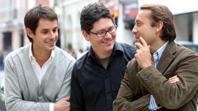 El director, en el centro, junto a los productores de la película.