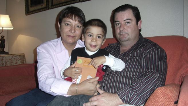 Juanma, el niño afectado por la enfermedad de Alexander, junto a sus padres, María Antonia y Juan Manuel.