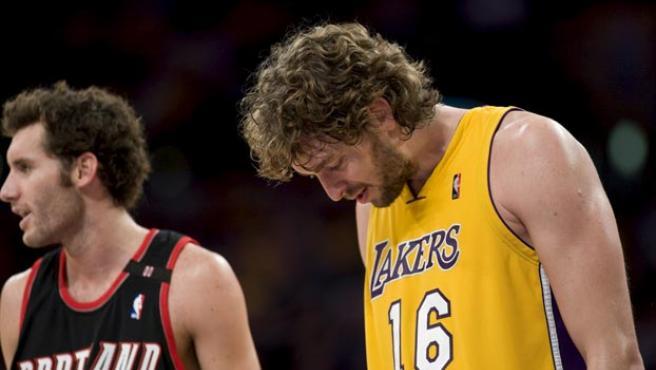 El jugador español Pau Gasol (d) de los Lakers de Los Ángeles espera por el balón junto a Rudy Fernández de los Trail Blazers de Portland.