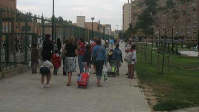 Padres y alumnos a la entrada de un centro escolar.