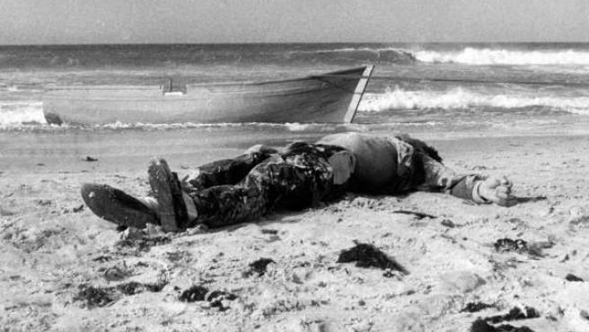 Cuerpo de uno de los primeras víctimas de las pateras, en Tarifa (1988).