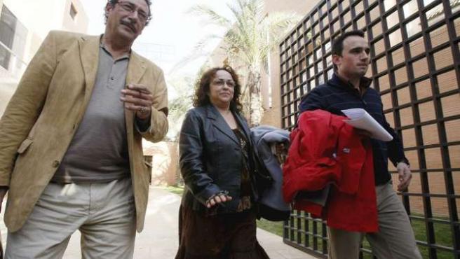 El concejal de Seguridad de San Fulgencio, Juan Antonio Gamuz (d), y la alcaldesa de la localidad, Trinidad Martínez (c), junto a su abogado.