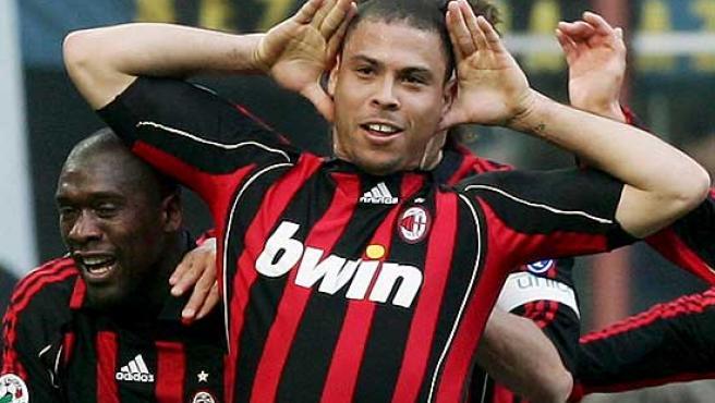 Ronaldo celebra un gol con la camiseta del Milan.