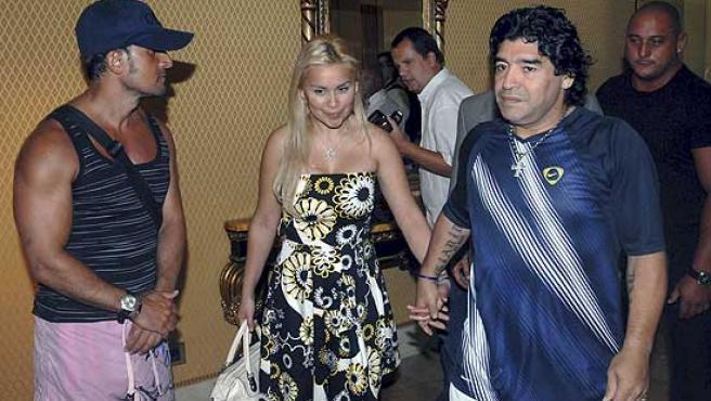 Diego Armando Maradona, acompañado de su novia Verónica Ojeda, en Marbella.