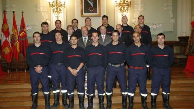 Los nuevos bomberos posan junto al alcalde.