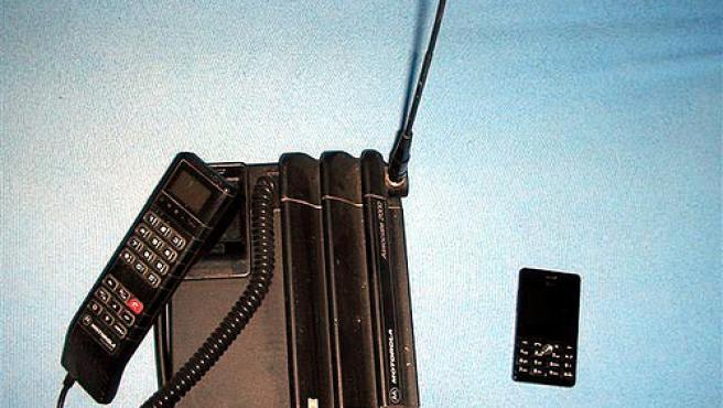 Dos teléfonos móviles de Motorola de 1992 (izq) y 2007 (dcha).