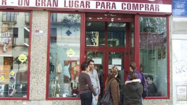 Colas a las puertas de Cash Converterters Sevilla