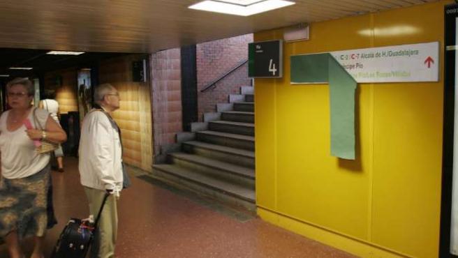Un hombre consulta el acceso a los andenes de Cercanías en la estación de Atocha. (ARCHIVO)