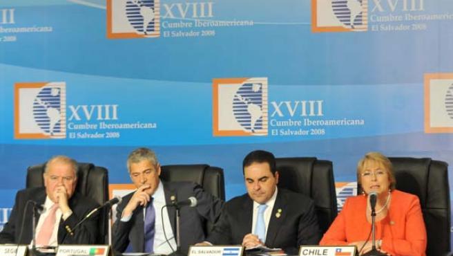 Michelle Bachelet, Enrique Iglesias, José Sócrates y Elías Antonio Saca, tras finalizar su participación en la XVIII Cumbre Iberoamericana. (EFE)