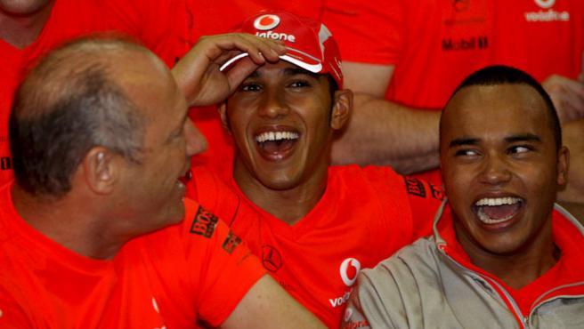 Lewis Hamilton (c) celebra el título Mundial de F1 con su hermano Nick (d) y el director de la escudería Ron Dennis (i). (EFE)