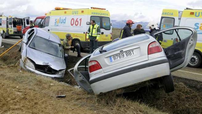 Cuatro turismos y un camión se vieron implicados en un accidente en el km. 184 de la N-240, Huesca (EFE / Pablo Otín)