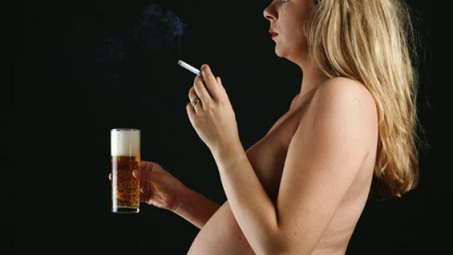 El tabaco y el exceso de alcohol puede perjudicar al feto.