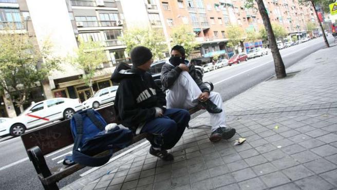 Borja y Carlos haciendo pellas por las calles de Madrid. (JORGE PARÍS)